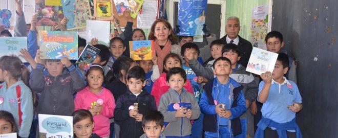 •Seremi de Educación realizó junto a funcionarios actividades lectoras en cinco establecimientos de la capital regional y entregó textos literarios a estudiantes de escuela rural de Mariquina.